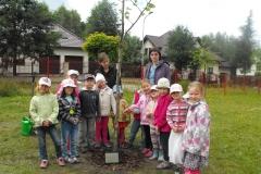 Sadzenie drzew przez najstarsze grupy